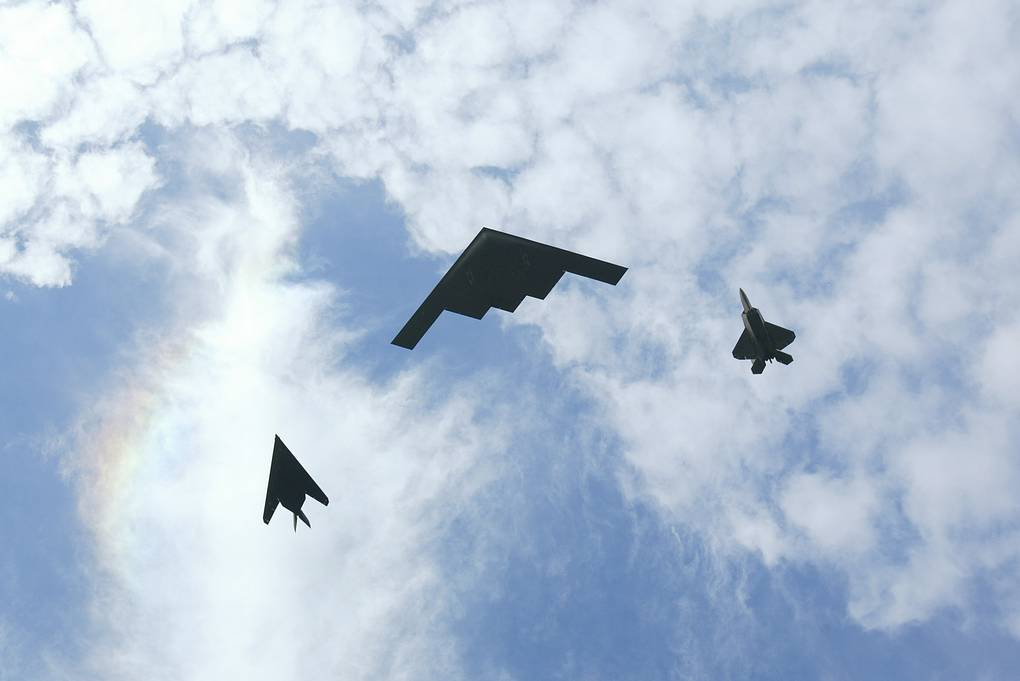 Истребитель F-117, бомбардировщик B-2 и истребитель F-22 ВВС США Donald Miralle/Getty Images