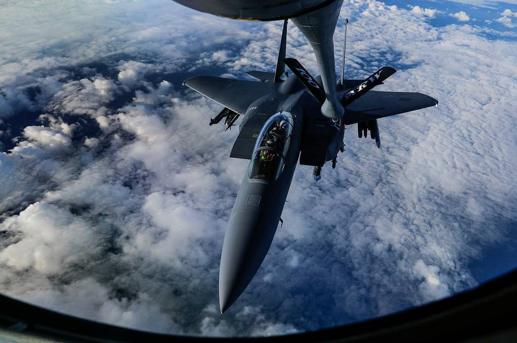 Истребитель F-15E Strike Eagle REUTERS/Eddie Keogh