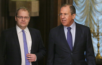 Russian Foreign Minister Sergei Lavrov (R) and his Estonian counterpart Urmas Paet (L)