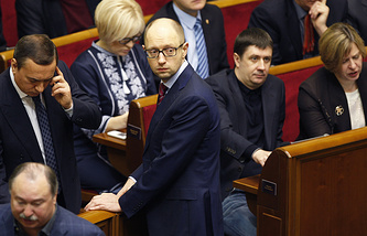 Arseniy Yatsenyuk (center)