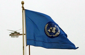 A helicopter seen in the background of a UN flag (archive)
