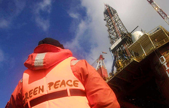 A Greenpeace activist near an oil platform (archive)
