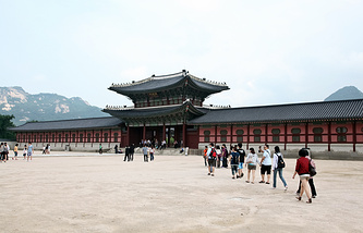 Tourists in Seoul (archive)