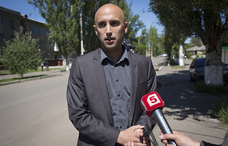 Journalist Graham Phillips speaks to his colleagues in May 2014