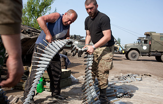 Ukrainian army soldiers prepare weapons