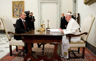 Russian President Vladimir Putin and Pope Francis (archive)