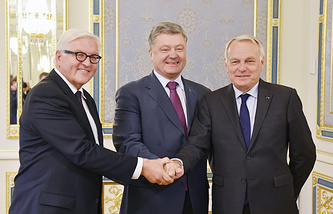 Pyotr Poroshenko (C) shakes hands with French Foreign Minister Jean-Marc Ayrault (R) and German Foreign Minister Frank-Walter Steinmeier (L)