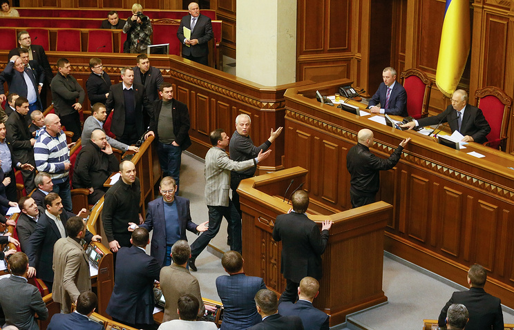 Ukrainian opposition lawmakers react after voting during an extraordinary session of the Ukrainian parliament in Kiev, Ukraine, 29 January 2014