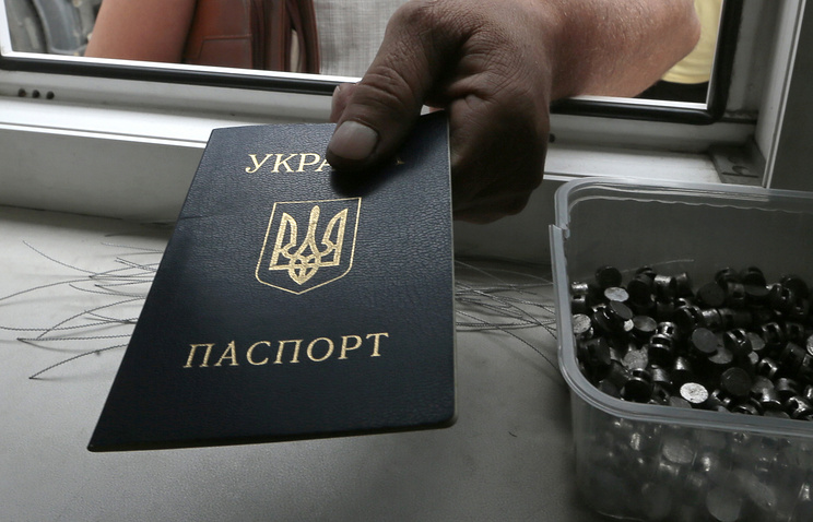 A man handing in his passport for control at the Russian-Ukrainian border (archive)