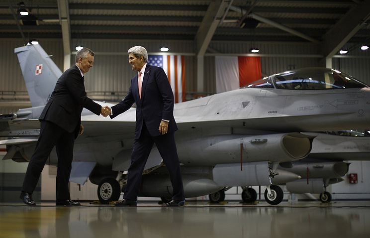US Secretary of State John Kerry (right) shakes hands with Poland's Defence Minister Tomasz Siemoniak in front of a F-16 aircraft (archive)
