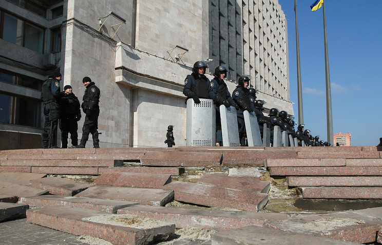 Ukrainian riot policemen stand guard outside of the Regional administration building in Donetsk
