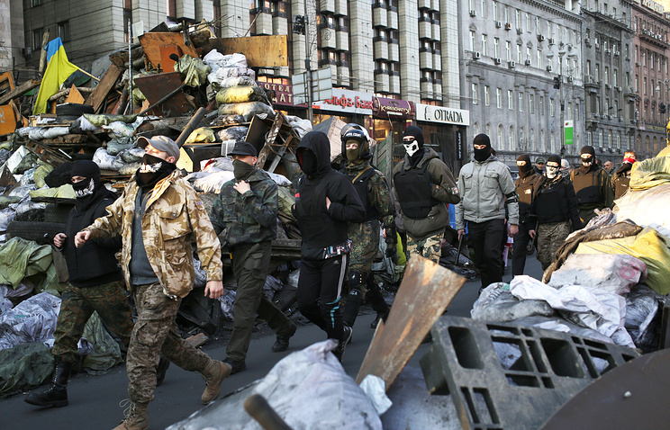 Masked men patrol streets of Kiev (archive)