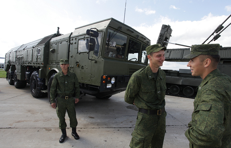 Russian servicemen stand besides Iskander missile systems (archive)