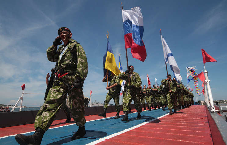 Russian and Ukrainian marines march together during a Navy Day parade (archive)
