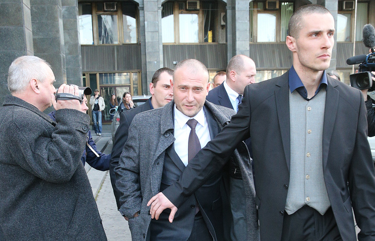 Dmytro Yarosh escorted from a news conference