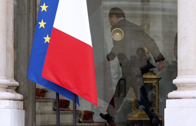 French President Francois Hollande seen in a window the Elysee Palace (archive)