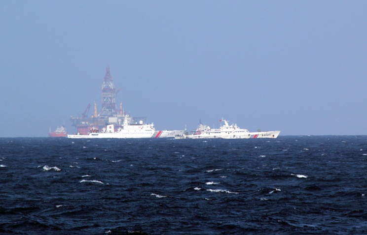 Chinese coast guard vessels near the area of China's oil drilling rig in disputed waters in the South China Sea (archive)