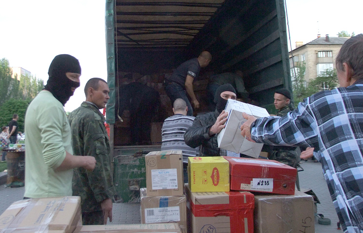 East Ukraine militia members receive humanitarian aid from Russia, May 2014