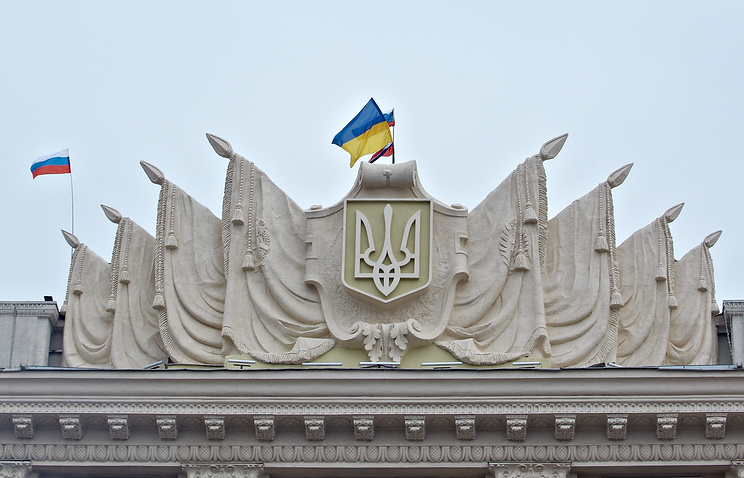Ukrainian and Russian national flags seen on top of the Kharkiv administration (archive)