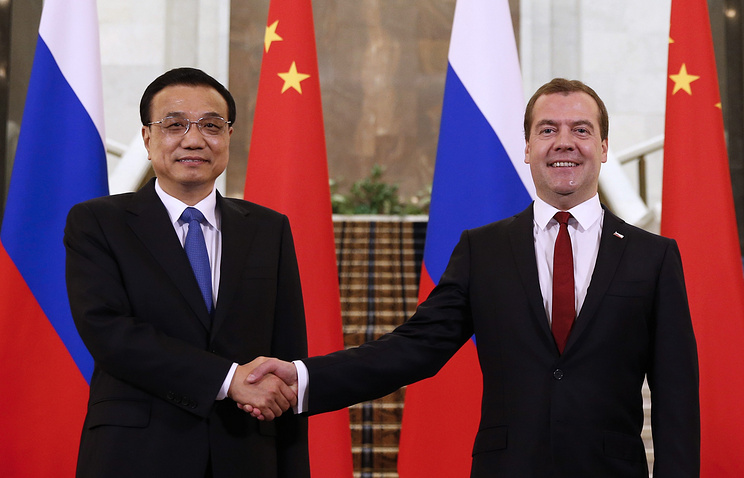 Chinese Prime Minister Li Keqiang (L) and Russian Prime Minister Dmitry Medvedev (R)