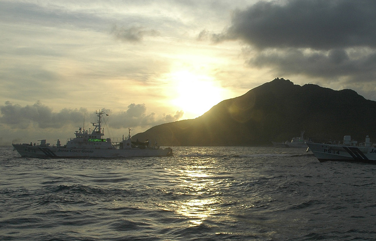 Japanese coast guard vessels near the disputed islands (archive)