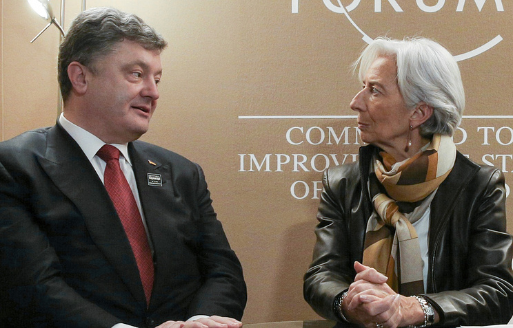 Ukrainian President Petro Poroshenko speaks with IMF head Christine Lagarde