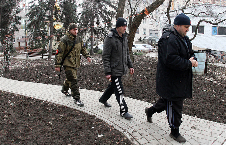 Ukrainian prisoners held in Debaltsevo under escort of DPR militiaman