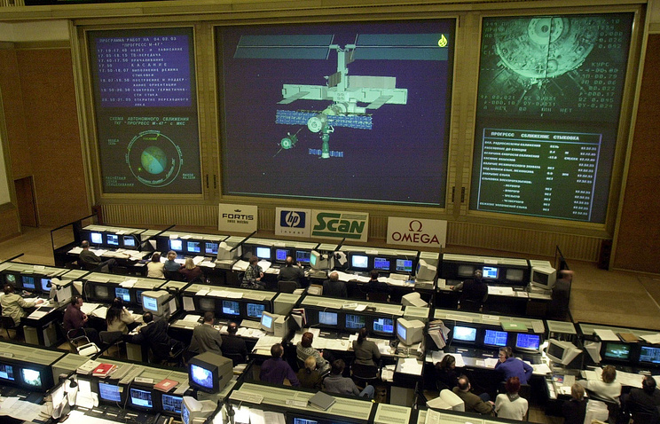 A screen shows a computer image of the Progress cargo ship docking with the International Space Station at the Mission control center in Korolyov outside Moscow (archive)