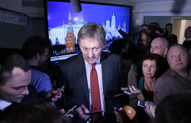 Vladimir Putin's press secretary Dmitry Peskov surrounded by reporters (archive)