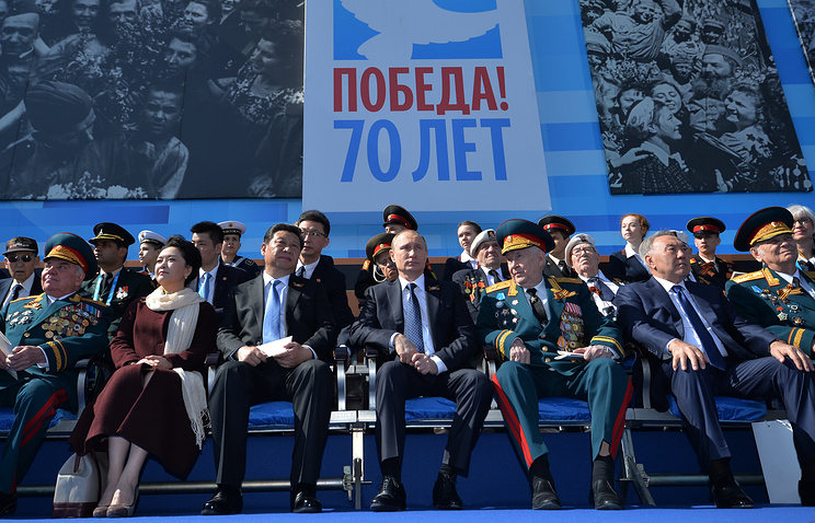 Vladimir Putin, Xi Jinping with his wife, Nursultan Nazarbayev and veterans at a Victory Day military parade in Moscow