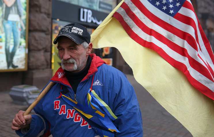 A protester with a US flag in Ukraine (archive)