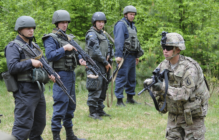 US and Ukrainian soldiers taking part in joint military exercises near the western Ukrainian city of Lviv