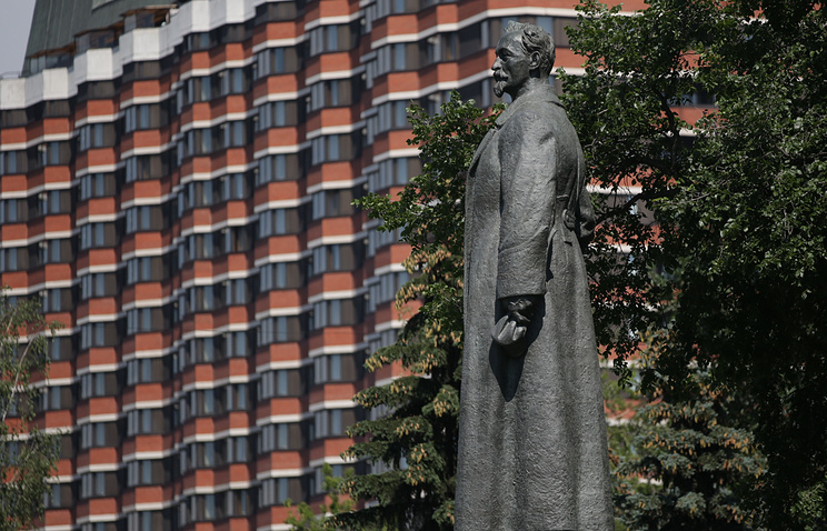 A statue of Bolshevik and Soviet statesman, Felix Dzerzhinsky in Muzeon Park in Moscow, with the President Hotel behind