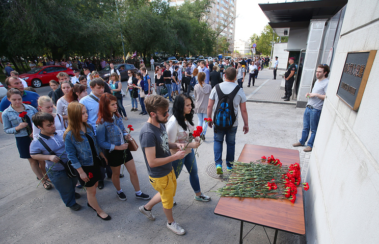 People paying tribute to the victims of the 1945 Hiroshima atomic bombing outside the Japanese Embassy in Moscow