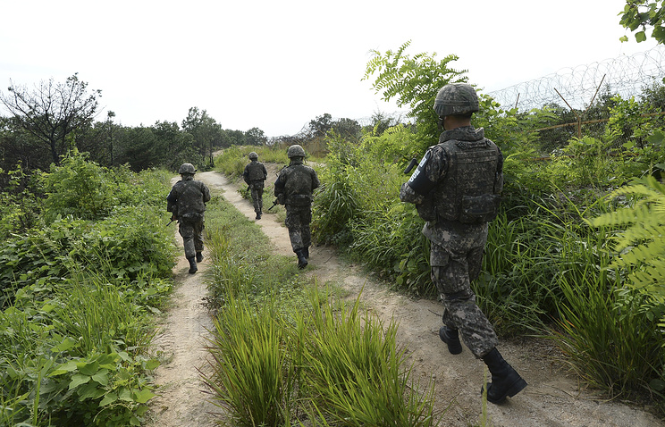 South Korean army soldiers patrol inside the demilitarized zone (archive)