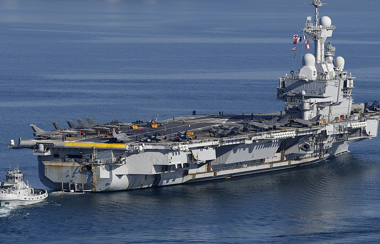 The French nuclear aircraft carrier Charles De Gaulle leaves Toulon military harbor on November 18