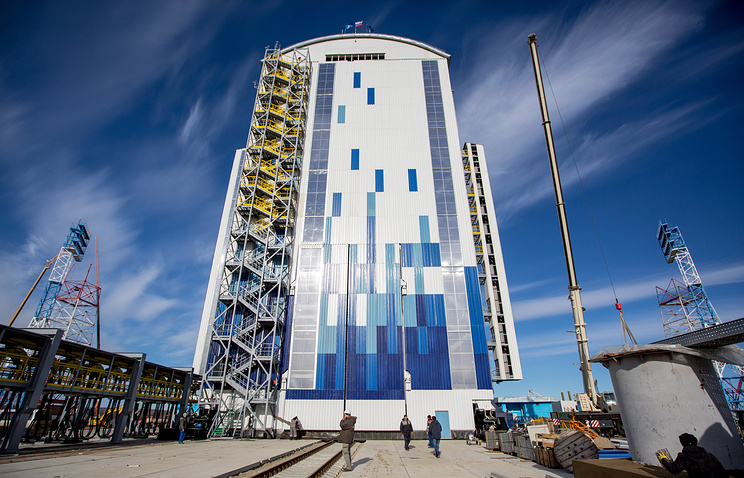 A mobile service tower at Vostochny