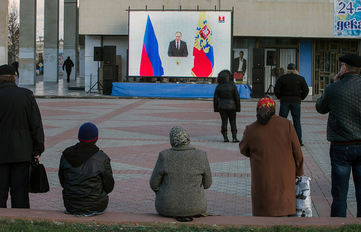 Crimeans watch Vladimir Putin's annual address to the parliament