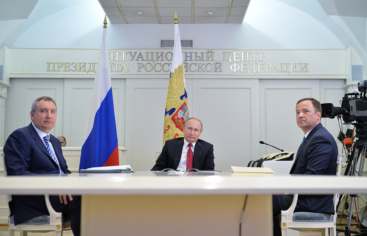Deputy PM Dmitry Rogozin, Vladimir Putin and Russian space corporation chief Igor Komarov (archive)