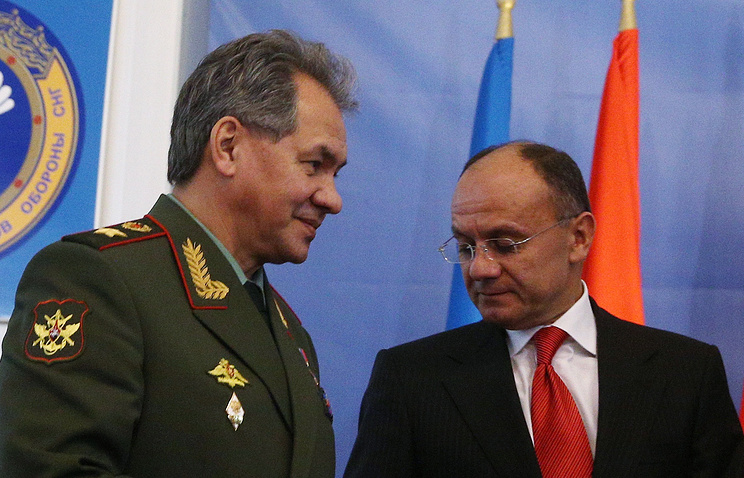 Russian Defense Minister Sergey Shoigu and his Armenian counterpart Seyran Ohanyan (archive)