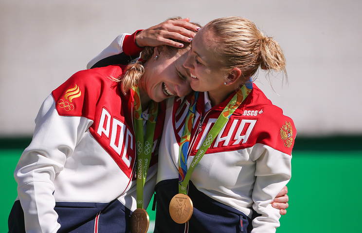 Gold medalists, Russia's Ekaterina Makarova (L) and Elena Vesnina at the award ceremony for the women's doubles tennis event at the 2016 Summer Olympic Games