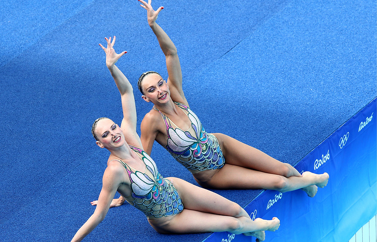 Russia's Natalya Ishchenko and Svetlana Romashina perform their synchronised swimming women's duet free routine