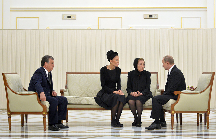 Russian President Vladimir Putin talking to the widow of the first President of Uzbekistan, Islam Karimov, and his daughter Lola Karimova
