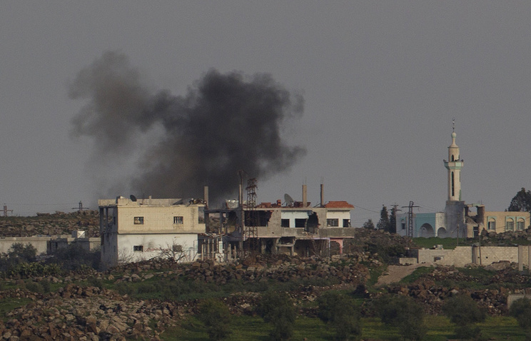 Smoke rises over a residential area in a Syrian town (archive)