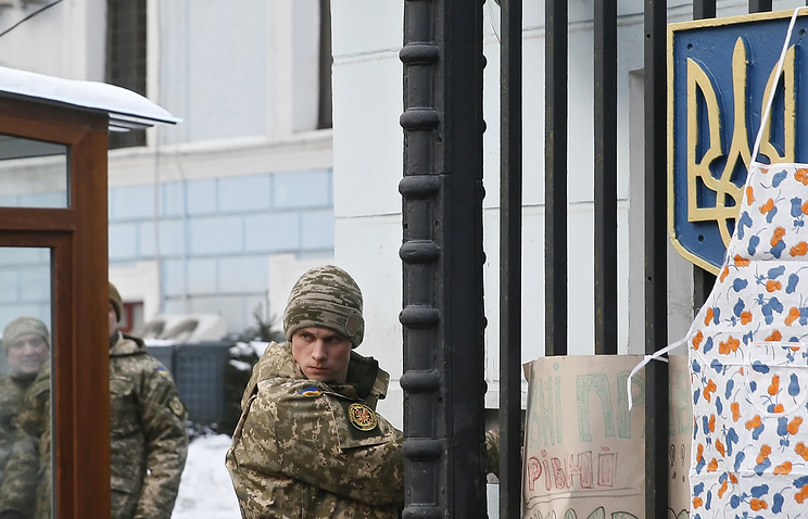 A Ukrainian serviceman at the gate of the Defense Ministry of Ukraine (archive)