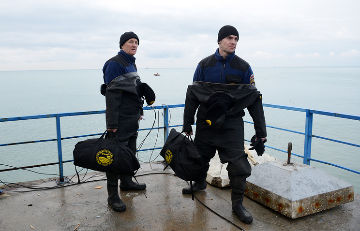 Rescue workers at the site of Tu-154 plane crash