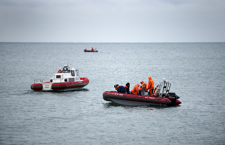 Ministry of Emergency Situations employees at the site of Tu-154 plane crash