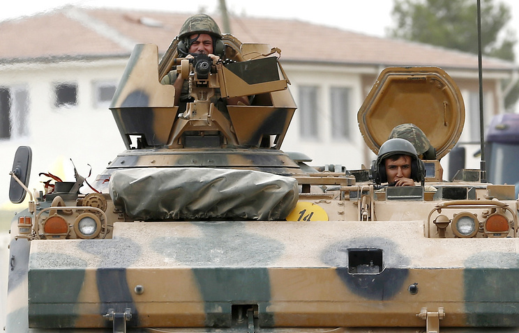 Turkish soldiers passing Syrian border with tanks