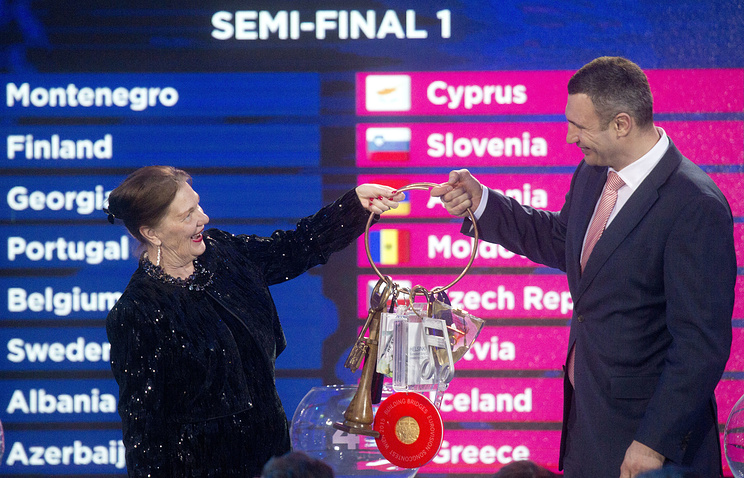 Vitali Klitschko, Mayor of Kiev, takes the chain with the symbolic keys of the host cities of the Eurovision Song Contest in Kiev