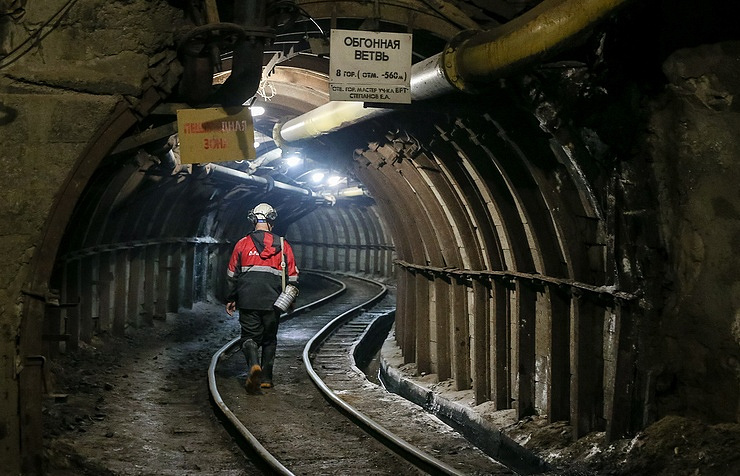 Russia's diamond giant says mine flooded with 150 inside